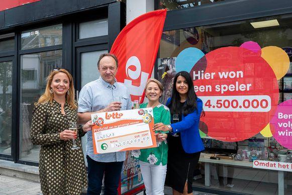 Caroline Vangoidsenhoven, uitbaters Filipe en Oky en Claudyna Yanez met de cheque van 4,5 miljoen euro.