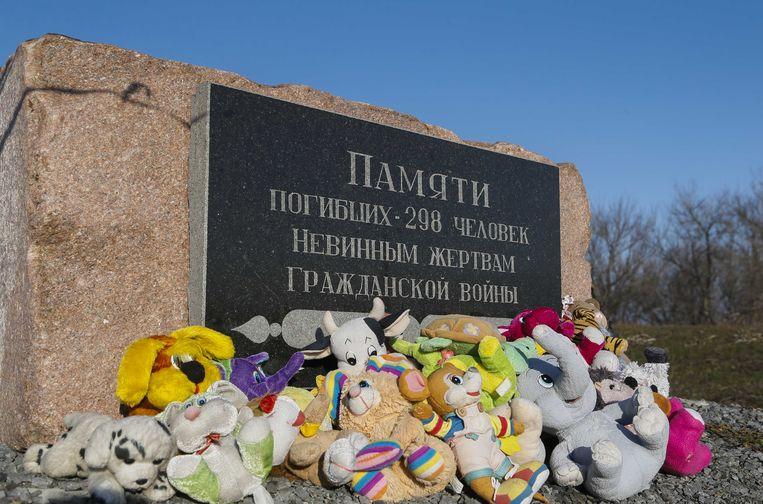 Knuffels bij een herdenkingsmonument nabij de rampplek met vlucht MH17 in Oekraine. Op het monument staat: Ter herinnering aan 298 mensen die stierven, Onschuldige slachtoffers, Van een burgeroorlog. Op 9 maart is de eerste zitting in het MH17-proces. Beeld ANP