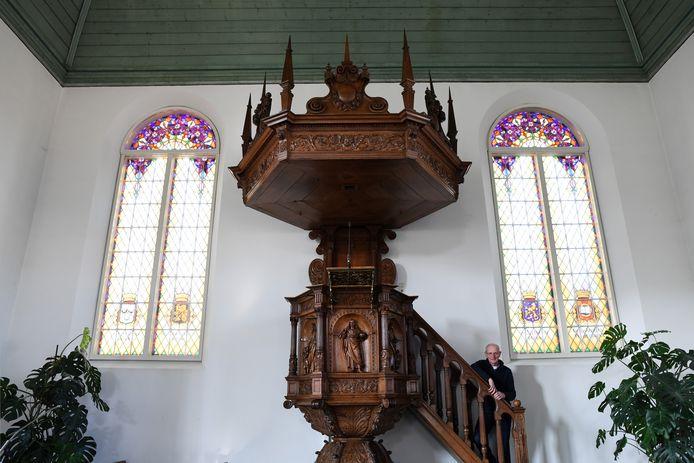 George Will bij de preekstoel in de Vredeskerk.