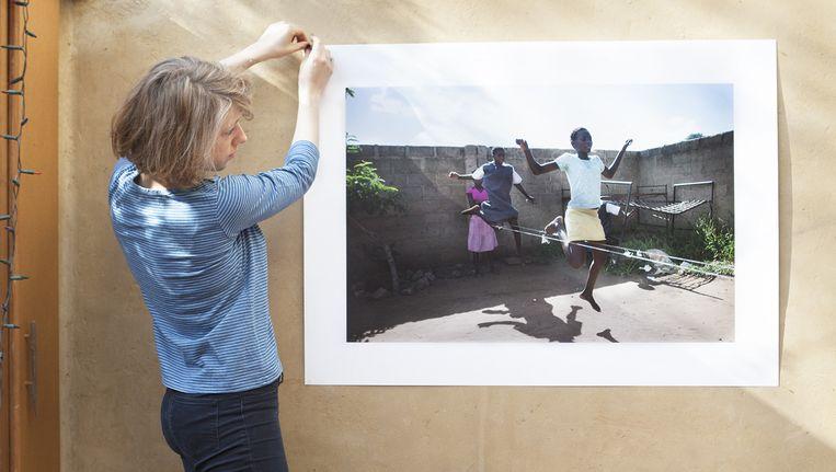 An-Sofie Kesteleyn, fotograaf, Geen titel, 2015: De foto is in februari dit jaar gemaakt in Zambia, Afrika, bij een schooltje. Ik kwam deze meisjes toevallig tegen, ze waren aan het touwtjespringen in een klein hoekje van de buitenplaats van de school. Ik heb de foto gekozen omdat ik de beweging en de houding van het eerste meisje in combinatie met het licht en de schaduwen goed vind werken.' Beeld Marie Wanders