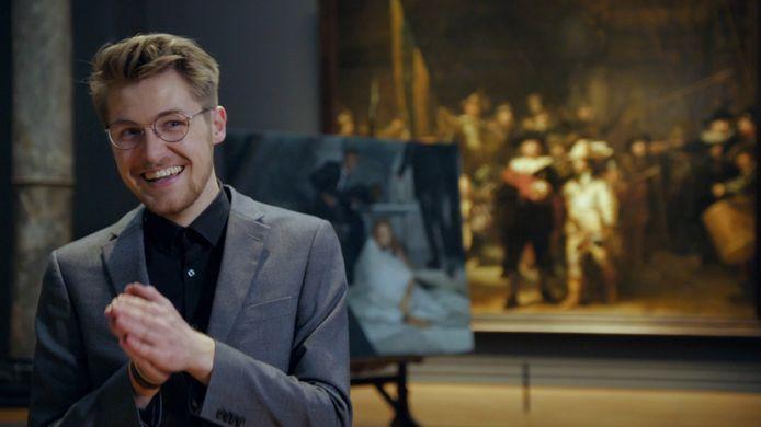 Sebas Groot (21), de winnaar van Project Rembrandt met op de achtergrond zijn meesterwerk 'Een vallend boek'