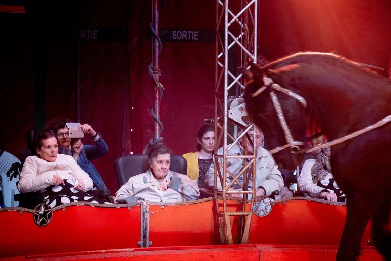 Enkele senioren van WZC OLV genieten van Circus Pepino in Bornem