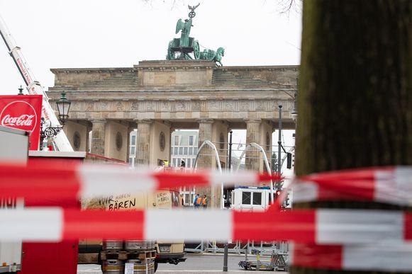 Bij de Brandenburgpoort wordt alles in gereedheid gebracht voor de nieuwjaarsviering.