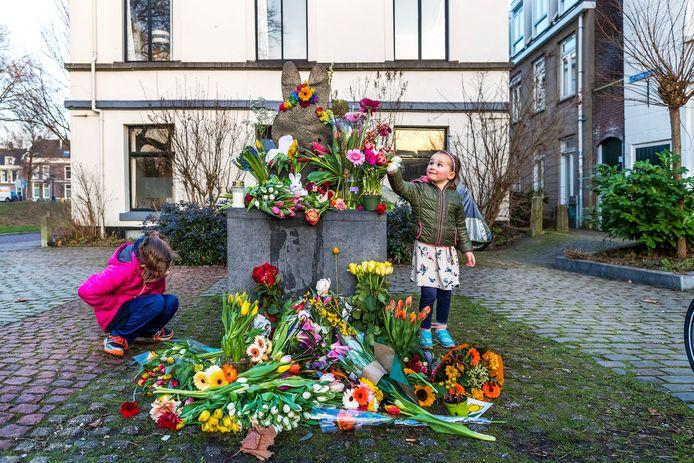 Bloemenzee op het nijnjte pleintje na het overlijden van Dick Bruna