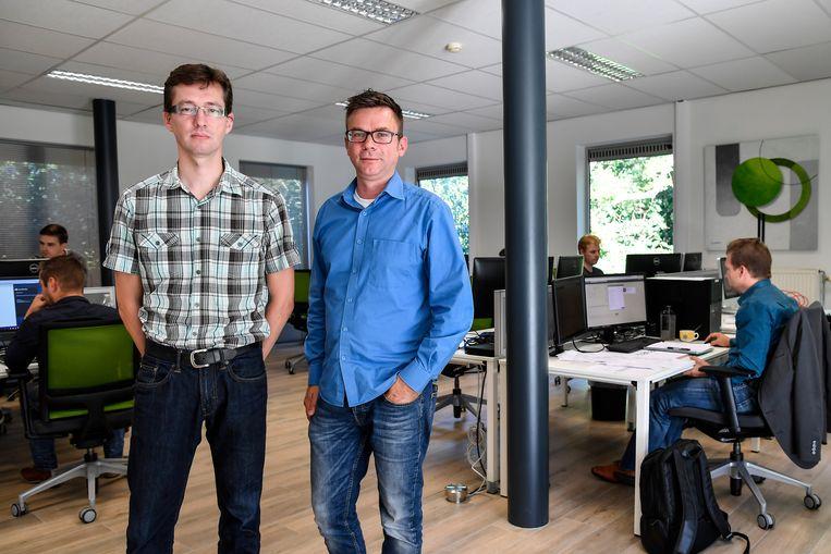 Zaakvoerder Geert Moernaut (links) in het kantoor aan de Steenweg op Grembergen.