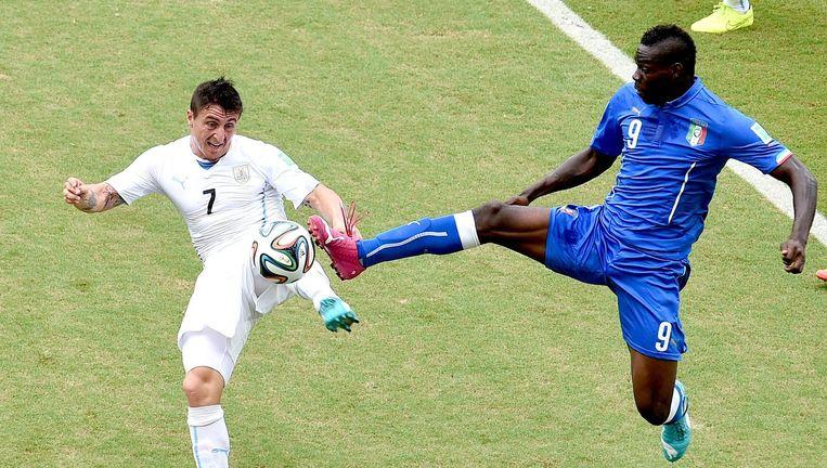Balotelli in actie tegen Uruguay Beeld ANP