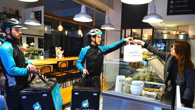 De bezorgers van Deliveroo komen na bestelling met hun fietsje naar het pop-up restaurant gereden. Beeld anp