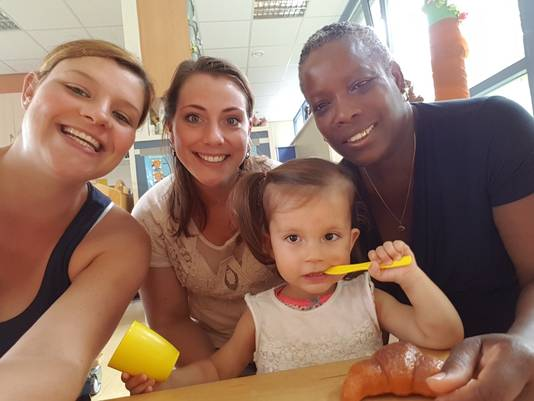 Sara is dol op haar leidsters Lindy, Sabrina en Jacqueline (van links naar rechts).