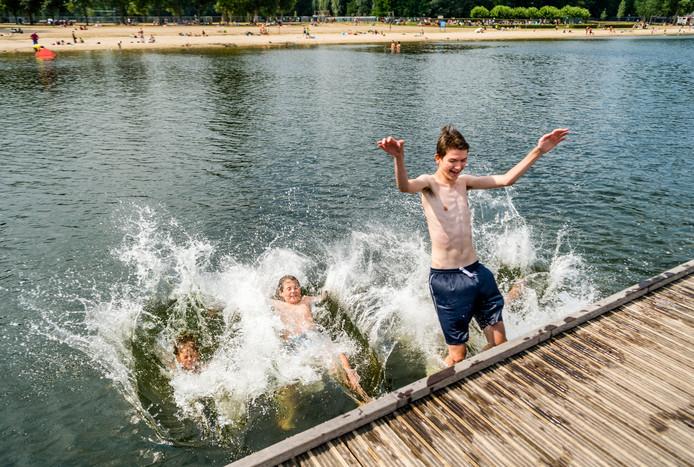 Kinderen nemen een duik in de Kralingse Plas.