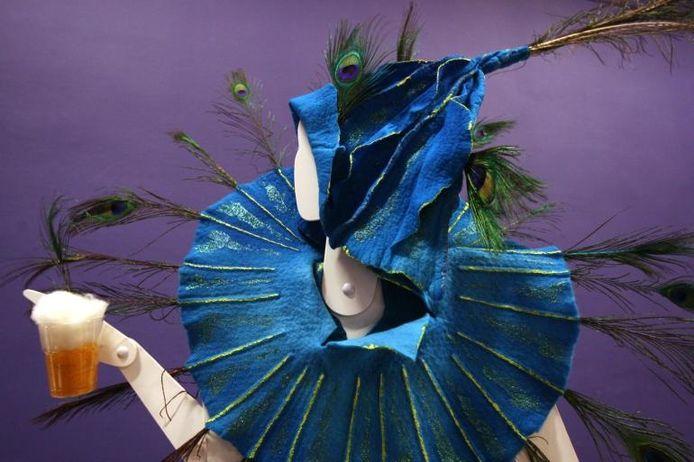 Bezoekers kunnen in de tentoonstelling van carnavalskunst inspiratie opdoen om een eigen carnavalskostuum in elkaar te knutselen.