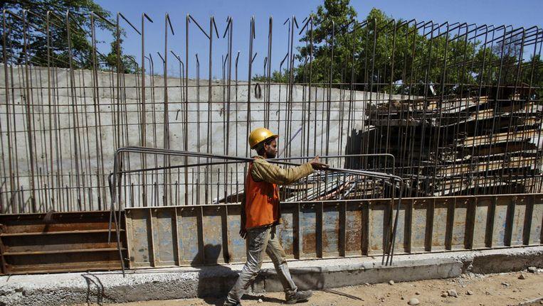 Een Indiase arbeider op een bouwplaats in Jammu, India. Beeld ap