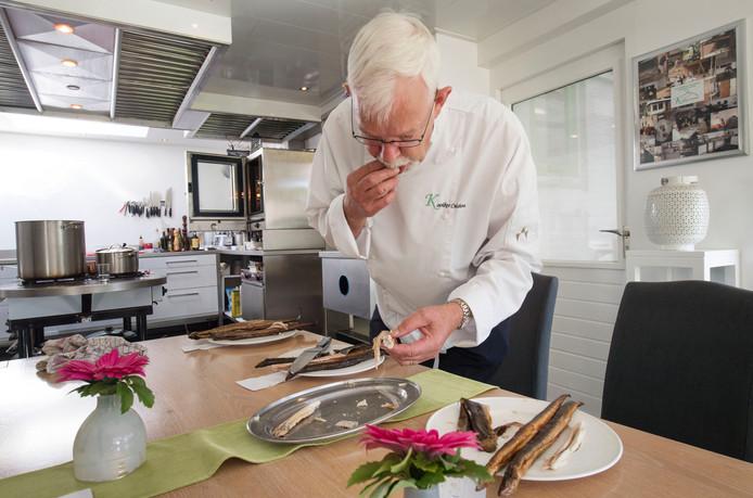 Gerard Kooiker likt zijn vangers af bij het proeven van de paling. Foto: Frans Nikkels