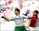 Hossam Ghaly in duel met Nigel de Jong tijdens Ajax-Feyenoord in 2005.