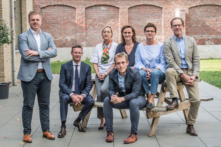 Burgemeester Bert Maertens. Zittend vooraan: Kurt Himpe en Lothar Feys, zittend achteraan: Ann Van Essche, Lisbet Bogaert, Caroline Maertens en Tom Verbeke.