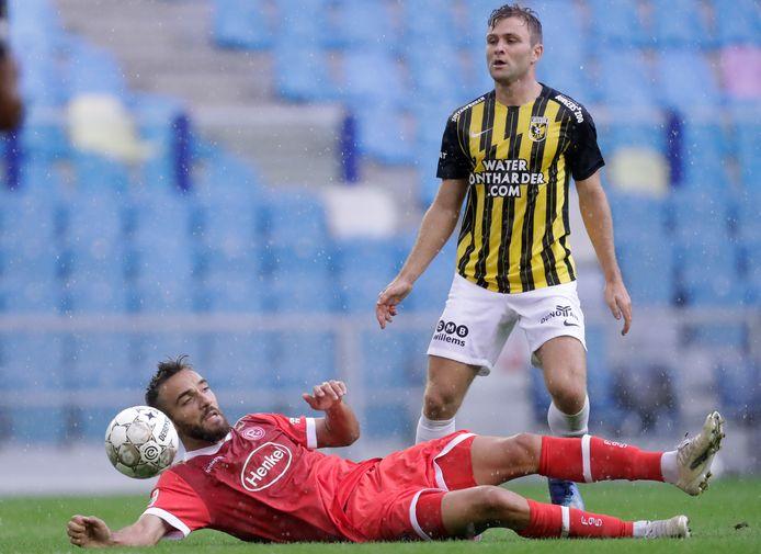 Sondre Tronstad zet Kenan Karaman van Fortuna Düsseldorf weg.