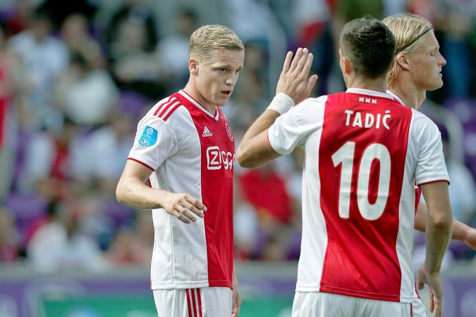 Donny van de Beek scoort de 1-1 en wordt gefeliciteerd door Dusan Tadic.