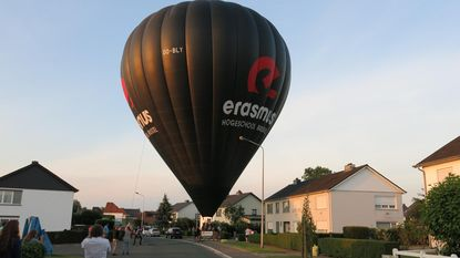 Luchtballon landt midden in woonwijk