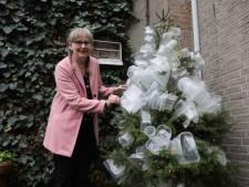 Veldhovense Wilma hing haar kerstboom vol plastic verpakkingen: 'Net als de aarde zelf, die ten onder dreigt te gaan aan de berg afval'