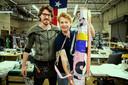 Bas Timmer met eigenaar Kristopher Robin Stevens in het naaiatelier Stitch in Austin, Texas. In zijn hand een van de shelterbags, gemaakt van de banners.