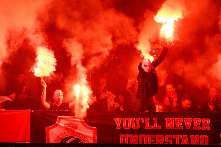 Archiefbeeld van fans met vuurpijlen op de Bosuil.