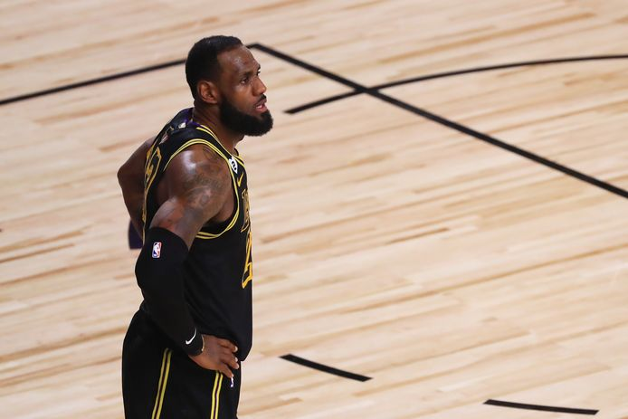Lakers-ster LeBron James verbijt de teleurstelling.
