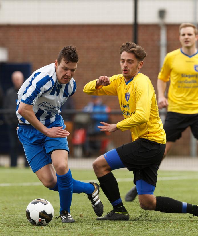 Silvan Kersbergen (rechts, in duel tegen Vevo) draagt komend seizoen weer het gele shirt van Hattem.