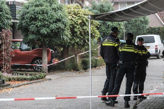 Agenten hebben na de dubbele moord de Julianastraat afgezet.