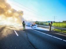 Auto met aanhanger volledig uitgebrand op A67 bij Ommel