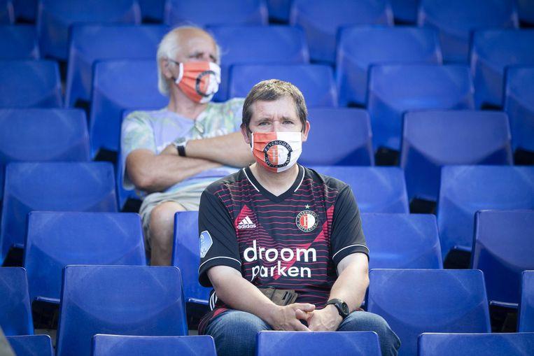 Supporters van Feyenoord dragen een mondkapje tijdens de eerste oefenwedstrijd tegen Sparta ter voorbereiding op het nieuwe voetbalseizoen. Beeld ANP