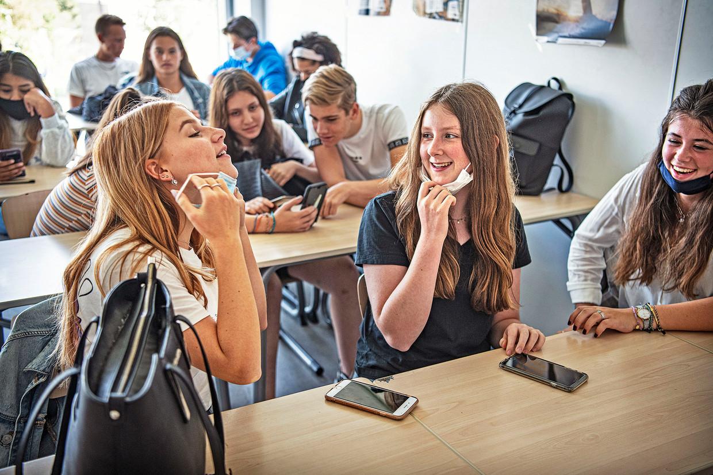 Leerlingen van het Amstelveen College met een mondkapje. Het mondkapje moet op tijdens de wissel van de lokalen. Beeld Guus Dubbelman / de Volkskrant