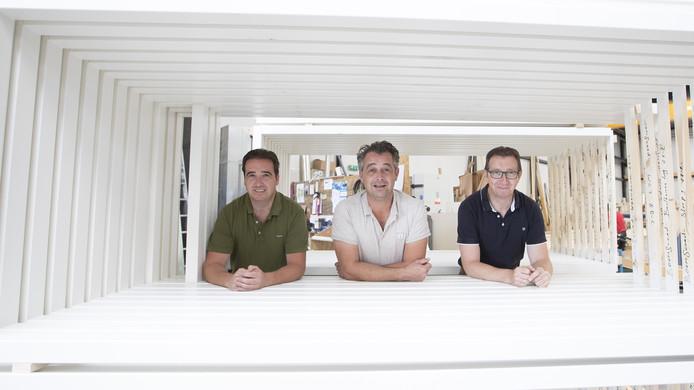 De broers Erik (links), Herman (midden) en Bram in hun timmerfabriek.