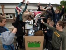 Prins Willem-Alexanderschool in Echteld recyclet: buit bestaat uit strijkijzer, klok en een frituurpan
