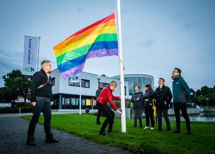 De regenboogvlag bij het gemeentehuis in Maasdam. Deze werd vorig jaar gehesen tijdens Coming Out Day.