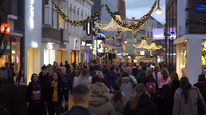 Topdrukte in Eindhovense binnenstad tijdens Black Friday