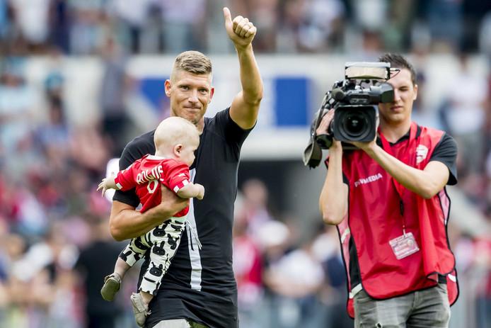 Stijn Schaars neemt afscheid van het PSV publiek.