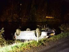 Auto belandt op z'n kop in het kanaal bij Epe, bestuurder gewond naar het ziekenhuis