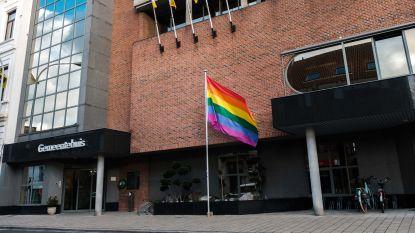 Regenboogvlag hangt uit als protest tegen 'Nashvilleverklaring'