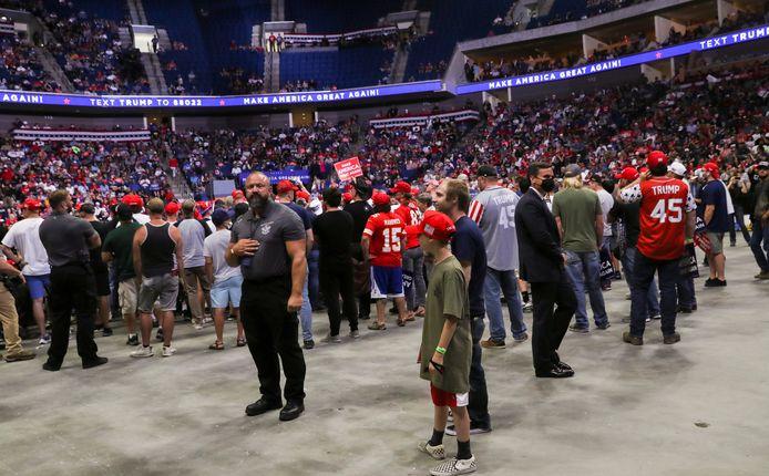 Supporters van Donald Trump wachten in het Tulsa BOK Center op zijn komst.