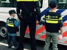Ontroostbare broertjes krijgen dag van hun leven als agent in Arnhem