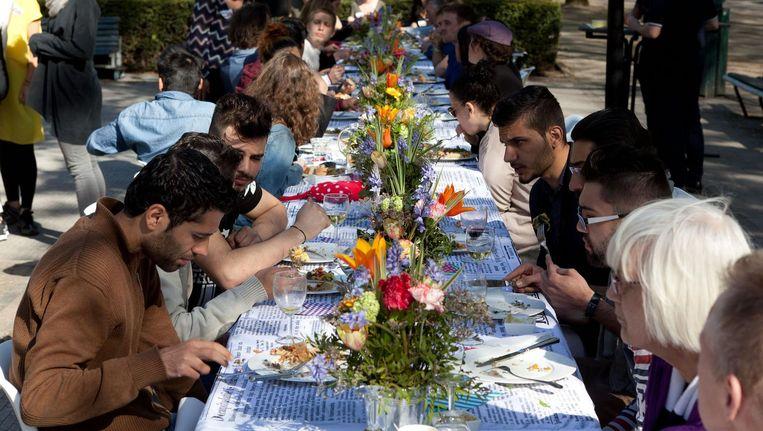 Op meer dan 100 plekken schuiven mensen zaterdag bij elkaar aan tafel Beeld Don Bosco Jonathan