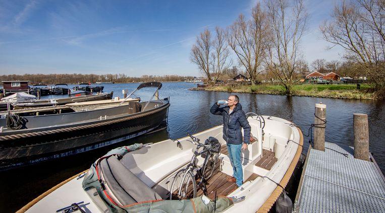 Meubelmaker Roel van Kuijk haalt alvast zijn boot op bij de jachthaven om mee naar de Amsterdamse binnenstad te varen. Beeld Jean-Pierre Jans