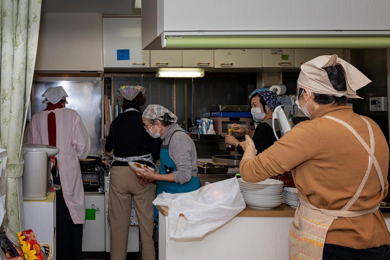 In Tokio koken vrijwilligers van het project Kodomo-Shokudo voor moeders met kinderen die onder de armoedegrens leven.