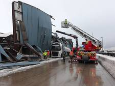 Loods in haven Gent stort in door sneeuw, bovenop vrachtwagen