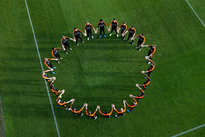 Oranje vormde vanmiddag een kring als statement tegen racisme.