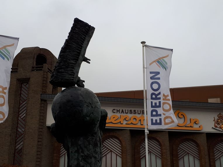 Het beeld van Roland Rens prijkt voortaan aan stadsmuseum Eperon d'Or.