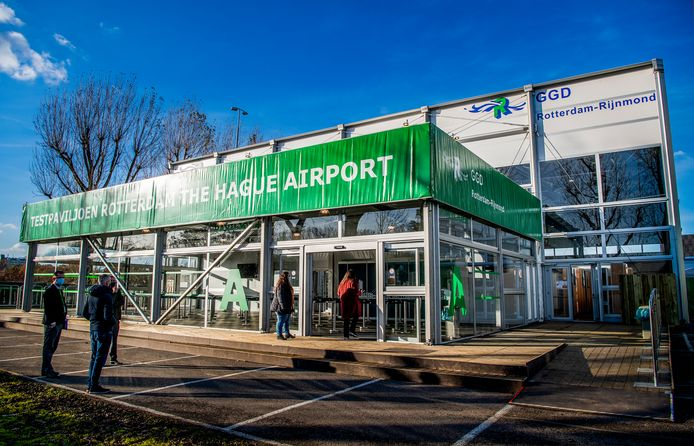 Op de XL-teststraat bij Rotterdam Airport kunnen per dag 10.000 mensen worden getest, ook met sneltesten. Dit aantal wordt nu bij lange na niet gehaald.