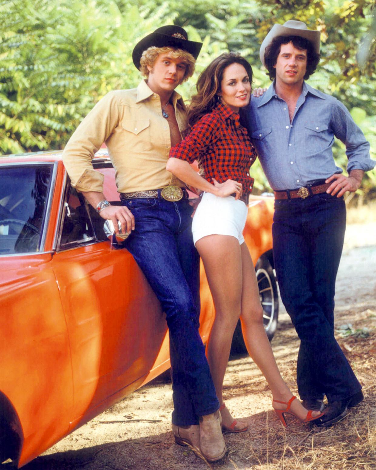 The Dukes of Hazzard, rond 1980, met  Daisy Duke in het midden. Haar superkort afgeknipte jeans werden een soortnaam: daisydukes. Beeld Getty