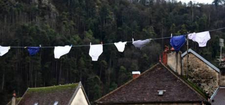 Frans dorpje overspoeld door mysterieus ondergoed