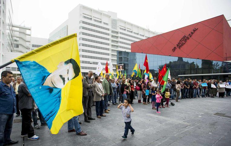 Aanhangers van de Koerdische Arbeiders Vereniging demonstreren bij het Stadhuis. Beeld anp