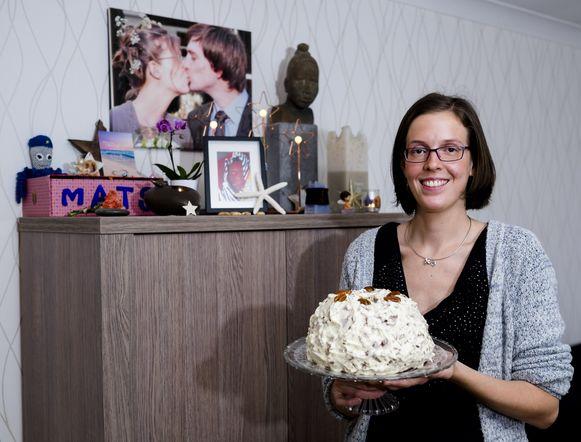 Rebecca Verschueren veilt taarten. Op de kast achter haar staat een herrineringsdoosje van Mats.